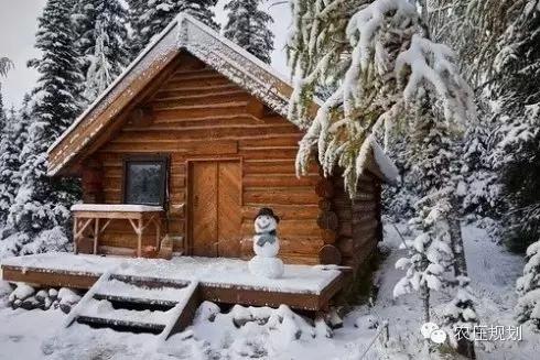 条形木材搭建的方形木屋