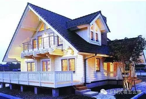 看到这个木屋,是不是很可爱呀,矮矮的屋顶,弧形的墙面都超有感觉.