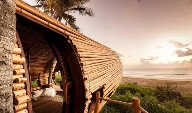 本文转自:一起设计 微信公号:together-design 用6个月的时间 建造一栋完美的双层树屋 树屋 Tree House Design 这个树屋位于一个墨西哥 81万平方米的绿色生态度假村内 该度假村内共有12间客房 漫步于度假村内1600米长的海滩  吸引你眼球的是一个 椭圆形的被竹子包围的平台 摇曳于棕榈树树冠之下及灌木丛之上 这个高处的栖息处是 一间65平方米的双层树屋的海滨卧室  当接近这个房子的时候 虽然很难区分其室内和室外 但这里有一个包含休息区 和浴室的低层别墅 以及一个提供睡眠区域