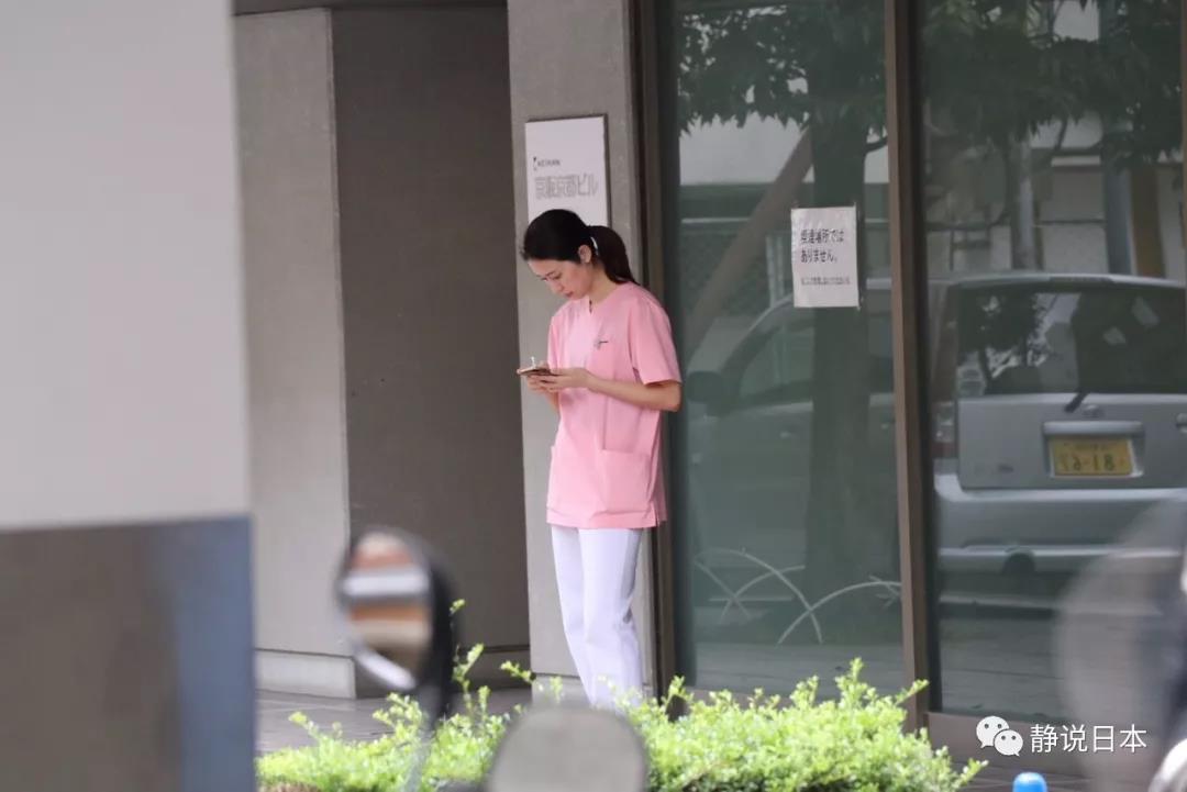国产护士偷拍_偷拍了一位漂亮护士小姐,手里拿着电子烟,看看男朋友回了短信没有.